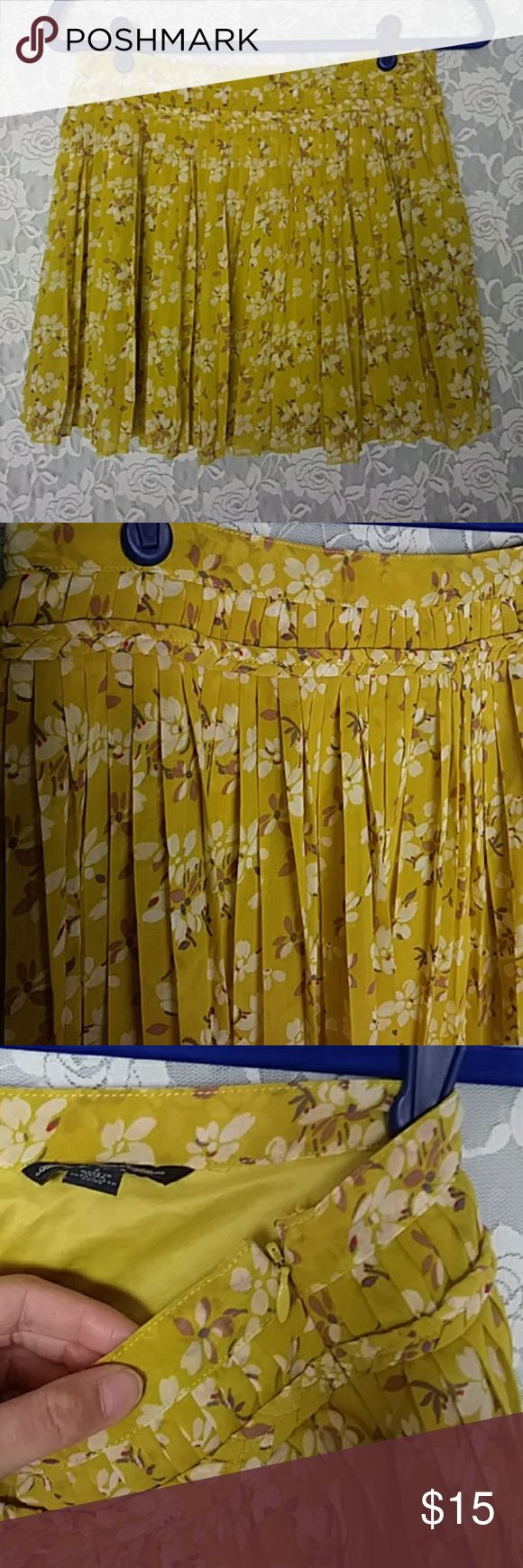 "American Eagle Outfitter Pleated Floral Mini Skirt American Eagle Outfitters  Juniors size 2 Olive color Pleated Floral Mini Skirt Length: 14.5"" Great condition American Eagle Outfitters Skirts Mini"