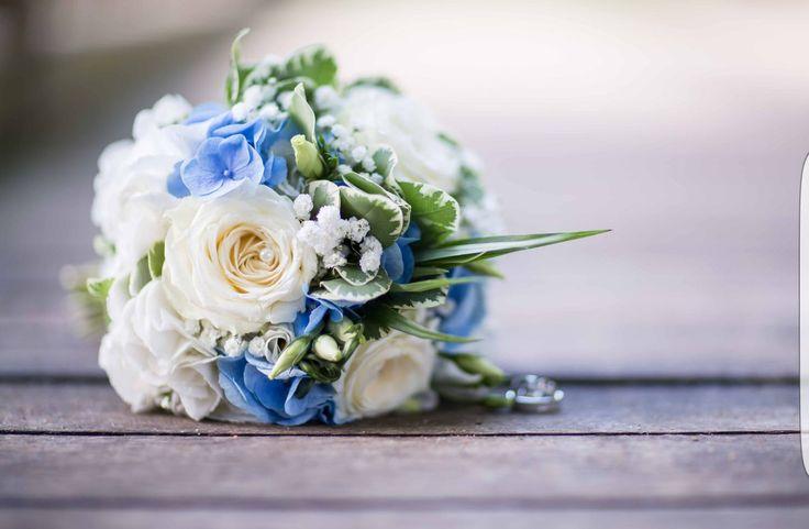 Maritimer Brautstrauß, in Weiß & Blau, rund uns kompakt gebunden.