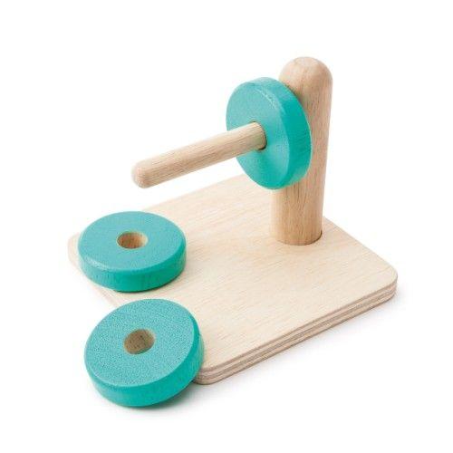 Ce jeu d'encastrement Montessori a la particularité d'être horizontal. L'enfant pose le jeu devant lui et retire un par un les disques de la tige. Il utilise sa main droite, et pourquoi ne pas essayer avec sa main gauche