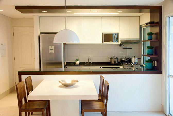 Dicas importantes: Para uma cozinha ser funcional, ela precisa ser bem iluminada natural ou artificialmente. Tenha armários acessíveis e organizados e deixe eletrodomésticos mais usados à mão. Fogão e pia devem estar próximos: isso facilita na hora de cozinhar. - Faça a bancada de acordo com a altura correta de quem mais cozinha na casa. - Invista em móveis com portas corrediças para cozinhas pequenas. Elas economizam um espaço precioso na hora de abrir o armário.