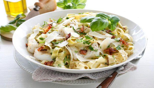 Prøv pasta carbonara neste gang du skal ha pasta hjemme. I denne oppskriften er den laget med torsk, bacon og hvitløk, og drysset med parmesan og basilikum.