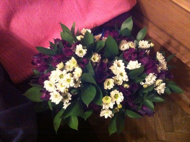 Два букета из альстромерий, кустовых хризантем и зелени