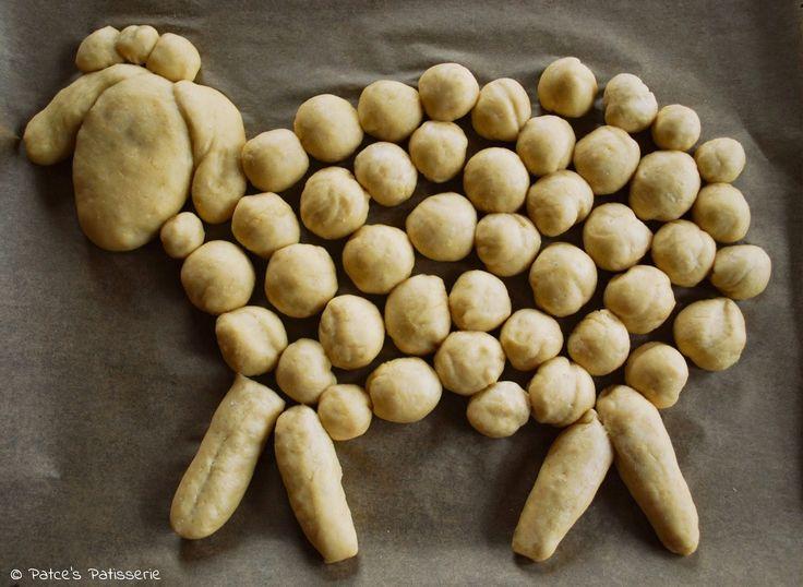 Die beiden Hefeteig-Schafe Emma & Pauli auf dem Weg zum Osterbrunch