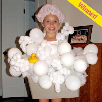 Disfraz casero de baño con espuma. Globos blancos de diferentes tamaños y un patito de goma!