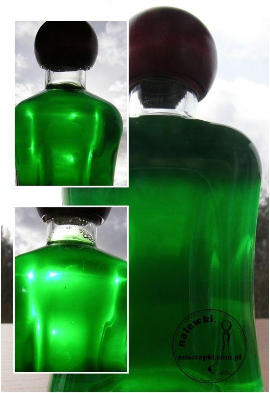Zgodnie z przepisem Danusi zrobiliśmy ekspresowy likier miętowy. Poszło tak szybko, że od butelki po winie nie zdążyły się odkleić naklejki. Wystarczy 1/2