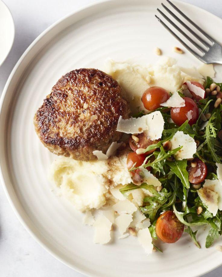 Maak jong en oud blij met deze lekker  vullende kippenburgers, smeuïge aardappelpuree en een frisse Zuiderse  salade met pijnboompitten en parmezaan erbij.