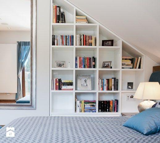 Aranżacje wnętrz - Sypialnia: Średnia sypialnia małżeńska na poddaszu z balkonem / tarasem, styl nowoczesny - ARCHISSIMA. Przeglądaj, dodawaj i zapisuj najlepsze zdjęcia, pomysły i inspiracje designerskie. W bazie mamy już prawie milion fotografii!