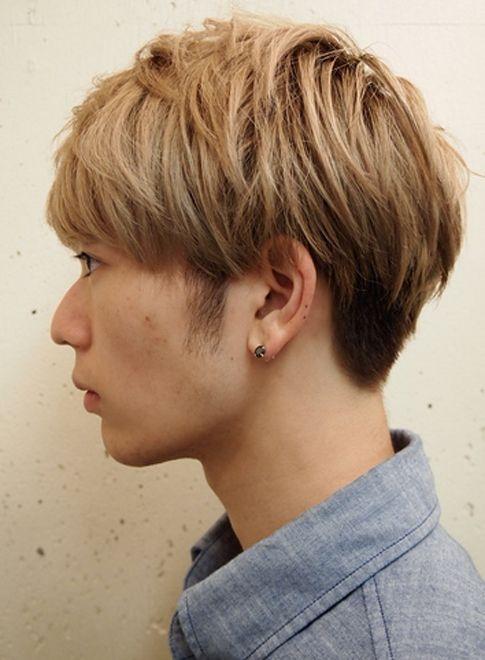 メンズの2ブロックマッシュスタイル。耳の周りが2ブロックになっていて、スッキリ感も出るスタイルです。スタイリングが楽になりたい。そんな男性の方にオススメのヘアデザインです。