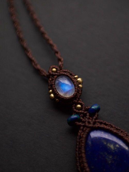ブルームーンストーン(インド産)&ラピスラズリ(アフガニスタン産)/マクラメ編みペンダント紹介&販売。透明感と美しいブルーの輝きを兼ね備えたムーンストーンに、 藍色とパイライトの金色のコントラストが印象的なラピスラズリをあしらった贅沢なデザインペンダント。 ペンダント中部には鮮やかな色合いのアズマラカイトビーズをあしらい、 定番色ブラウンの蝋引き糸でひと編みひと編み丁寧に編み上げました。 男女問わず末永く身につけられるペンダントに仕上がっています。