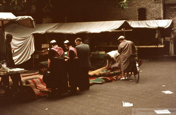 Staphorst. Hier op de vrijdagmarkt in Zwolle lopen ook een paar mensen uit Staphorst. #Overijssel #Staphorst