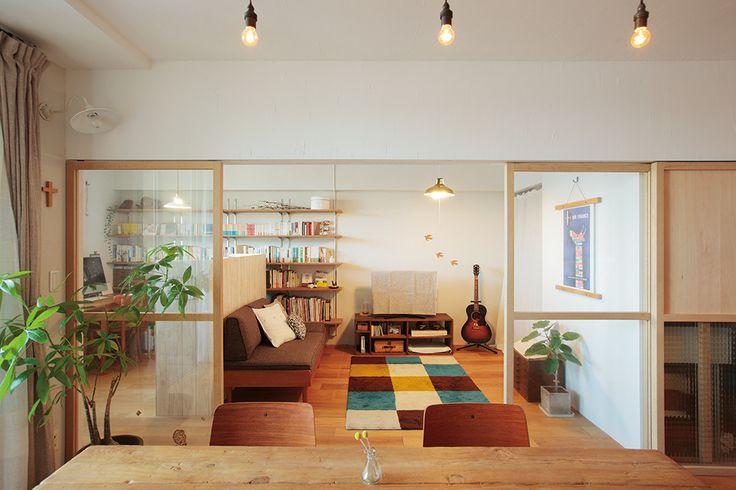 将来のことも考えて、築浅のマンションを選んでリノベーション。 木製ガラス引き戸で開放感と個室感を自在に操る、フレキシブルな空間。 text_ Yasuk