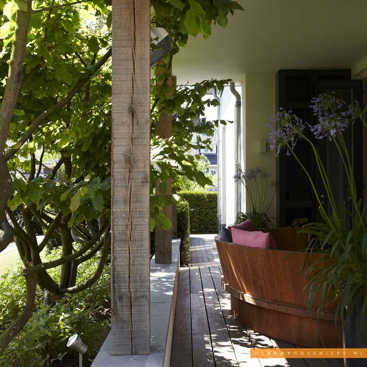 Tuininspiratie De Rooy Hoveniers relax tuin loungeset meerstammige heester vlonder beplanting