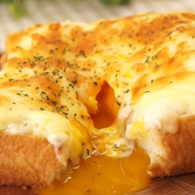 #クロックマダム で朝からおしゃれにパリ気分! 半熟とろ〜り卵とホワイトソースがたまりません。 ホワイトソースも手作りの本格レシピです♪  材料 (1人分) ・食パン(4枚切り)  1枚 ・バター  適量 ・ハム  1枚 ・卵  1個 ・ピザ用チーズ  ひとつかみ ・薄力粉  大さじ2 ・溶かしバター  10g ・塩こしょう  少々 ・牛乳  160cc ・パセリ  少々  手順 1. 薄力粉、バター、塩こしょうを合わせ、よく混ぜる 2. 牛乳の半量を少しずつ加え、都度よく混ぜる 3. 滑らかになったら600wのレンジで2分加熱する 4. 残りの牛乳を少しずつ加え、都度よく混ぜる 5. 滑らかになったら600wのレンジでさらに2分加熱する 6. 食パンにバターを塗り、ハムをのせる 7. ホワイトソースを真ん中にくぼみができるようにしてのせる 8. くぼみの部分に卵を落とし、全体にチーズをかける 9. トースターで8〜10分焼き上げる 10.  パセリを散らして完成  作ったら是非 #delishkitchentv というタグをつけて教えてください♪ #instafood…
