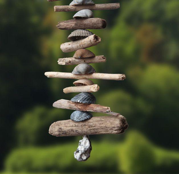 Handgefertigte Natur Girlande aus blauen Herzmuscheln und Treibholz. Die Muscheln sind Fundstücke von der Nordseeküste, das Treibholz stammt von den schönen Kölner Rheinufern :) Den Abschluss der...