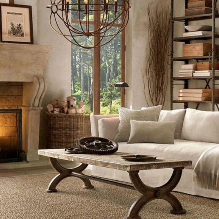 table en bois basse et lustre en fer forgé dans le salon de style rustique