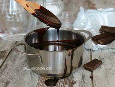 Glassa al cioccolato. La ricetta base per coprire e decorare dolci, torte, profitterole...Glassa al cioccolato per coprire o decorare