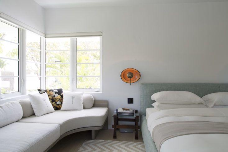 Главная спальня в спокойных пастельных тонах. Фото: Макс Замбелли .