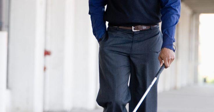 Esportes e diversão para cegos. Um atleta com deficiência visual pode ter desvantagem em alguns esportes, mas isso não significa que ele não possa participar de várias atividades atléticas. Com o auxílio de um guia para direcionar o atleta ou de algo que faça o alvo fazer barulho, muitos jogos podem ser adaptados para atletas deficientes visuais.