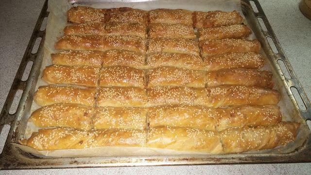 Είναι όπως την βλέπετε καταπληκτική !!!!    Ζύμη  Αλεύρι για όλες τις χρήσεις όσο πάρει  1/2 κρασοπότηρο ηλιέλαιο  1 νεροπότηρο νερό χλιαρό  4 κουταλάκι σούπας ξίδι  1 κουταλάκι του γλυκού αλάτι  1 κουταλάκι γλυκού ζάχαρη        Γέμιση  6 πράσα  1/2 κιλό τυρί  Λάδι για άλειμμα        Εκτέλεση  Ανοίγουμε το φύλλο ραντίζουμε