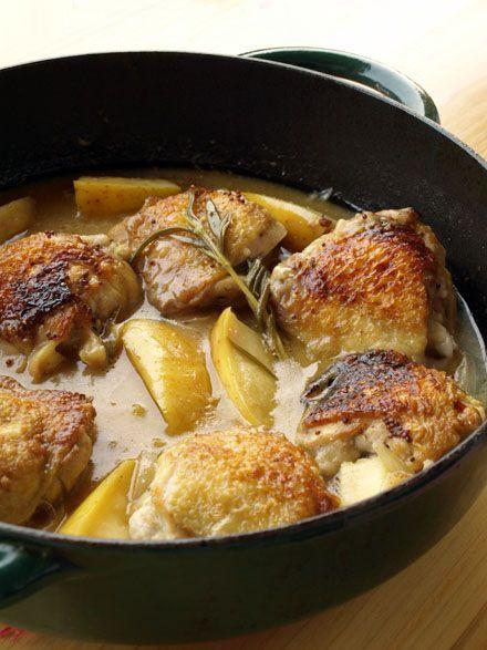 Salé - Poulet au cidre et au romarin. Préparation : 15 min • Cuisson : 45 min. Ingrédients pour 2/3 pers. : 6 hauts de cuisses • 35 cl de cidre brut • 1 branche de romarin • 1 càs de moutarde à l'ancienne • 1 oignon • 1 pomme bio • 2 càs de farine • Sel, poivre. Recette sur le site.