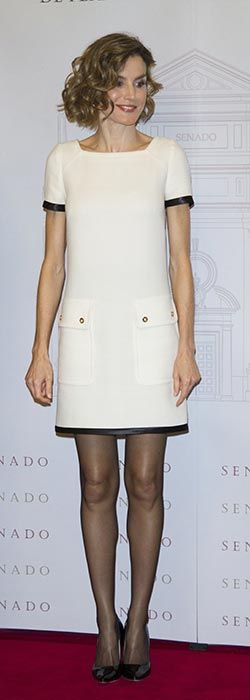 "Doña Letizia vistió un vestido black and white de Felipe Varela, combinado con stilettos Magrit 'Mila' a tono y perlas de Tous. ""Luis Carandell"" Journalism Award at the Senado Palace on October 6, 2015 in Madrid, Spain.                                                                                                                                                                                 Más"