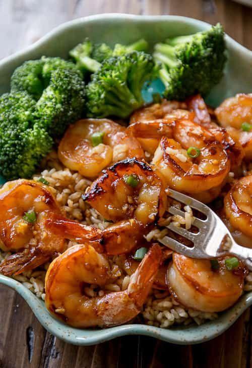 servir les crevettes avec du riz et des brocolis