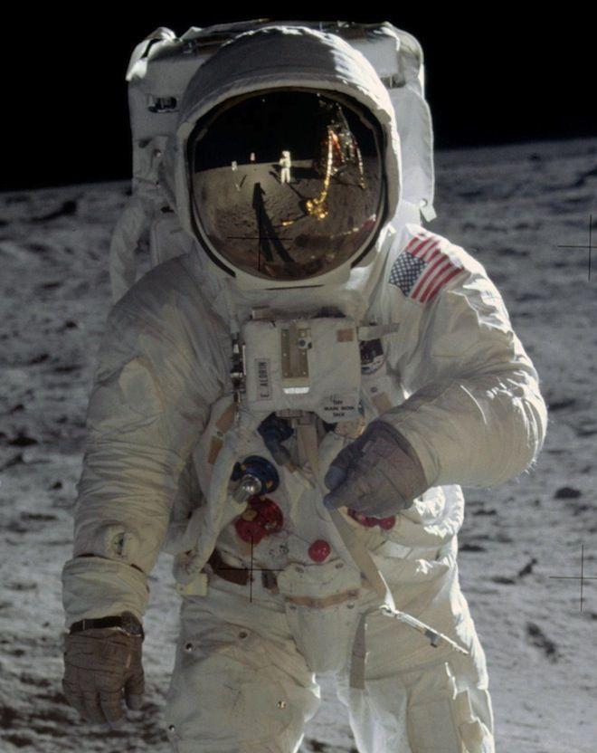 最も有名な宇宙服はおそらくアポロ計画の宇宙飛行士が月面探索の際に着用していたものだろう。この宇宙服は1968年〜1975年まで使用
