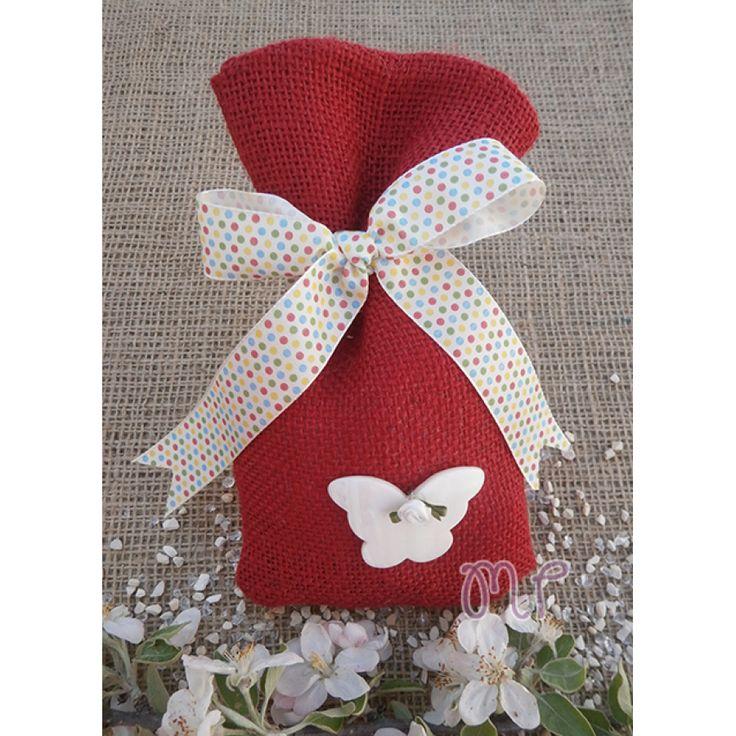 Μπομπονιέρες κορίτσι. Μπομπονιέρες βάπτισης κορίτσι πουγκί λινάτσα κόκκινη με πουά σατέν κορδέλα και πεταλούδα από φίλντισι