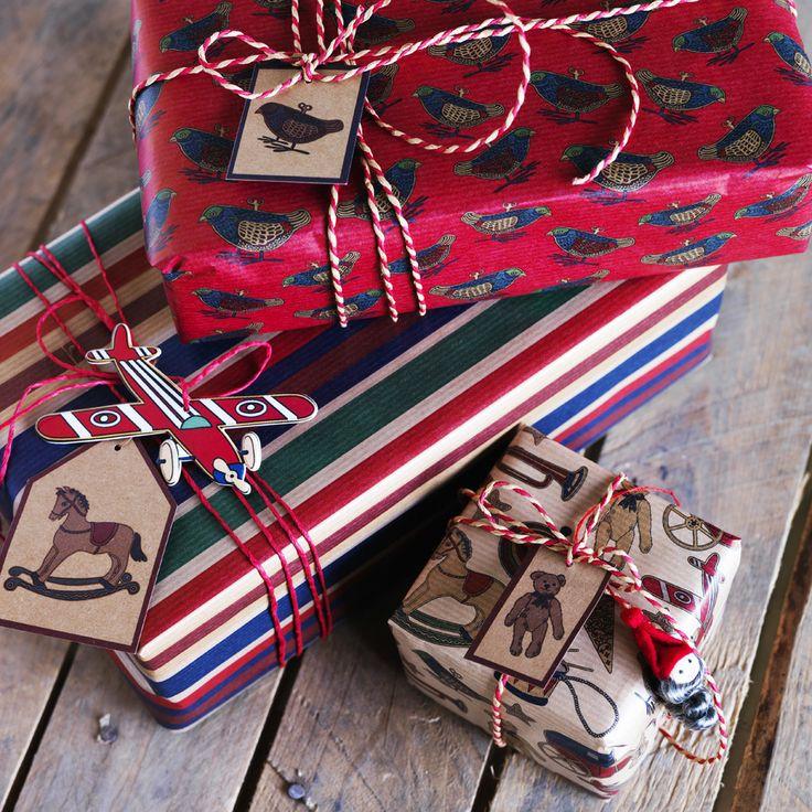 Non solo nastri, carta e piccoli bigliettini, anche le decorazioni possono essere utlizzate per confezionare con uno stile personale i regali del Natale 2013
