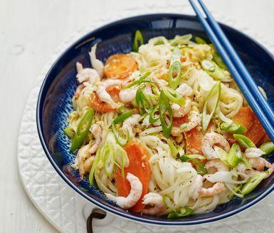 Laga en enkel och underbart god Pad thai på vardagskvällen. Pad thai är en klassisk thailändsk nudelwok med sötsyrlig dressing som kan innehålla olika typer av kött eller skaldjur. Den här smarriga varianten är fylld med räkor och toppas med knaprig salladslök.