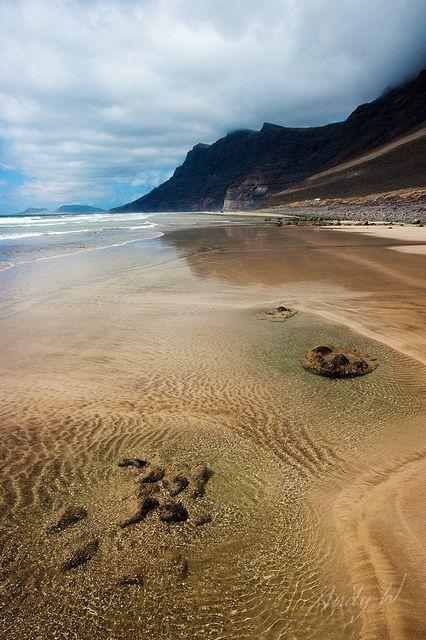 Charcos con rocas en la Playa de Famara, Teguise, isla de Lanzarote