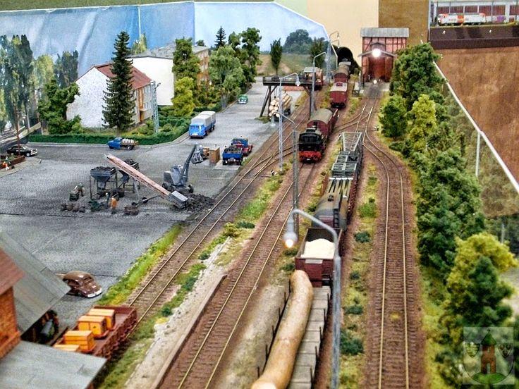 Die Merziener Privatbahn AG - bb: Die Segmentanlage der Dessau - Wörlitzer Eisenbahn (DWE) im Maßstab 1 : 87 des Arbeitskreises Modelleisenbahn Dessau e. V. ausgestellt zum Weihnachtsmarkt der Stadt Wörlitz am 29. und 30. November 2014