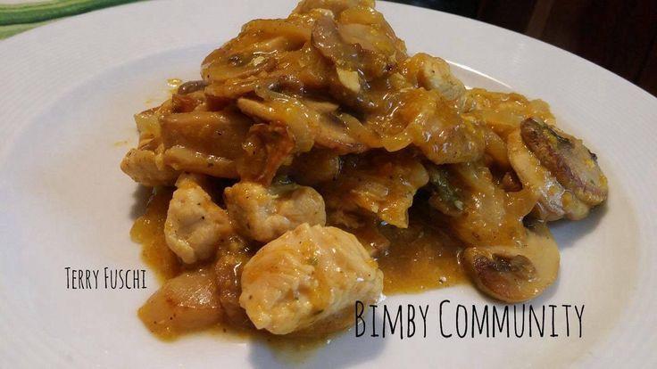 Tacchino al Curry e Yogurt, un secondo piatto di carne molto succulento. Teneri bocconcini di tacchino aromatizzati al curry e mantecati con yogurt magro.