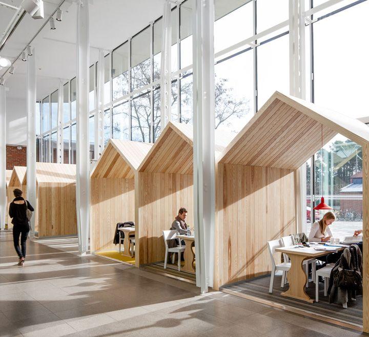 Una forma de independizar el espacio y conseguir una escal más domestica pero conservando la amplitud del espacio y la sensación de altura