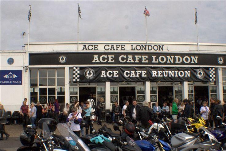 Mulheres motociclistas batem recordes no Ace Cafe.