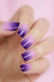 Deze 'ombre' nagels krijg je door nagellak op een spons te lakken en dan met de spons op je nagels te stempellen.