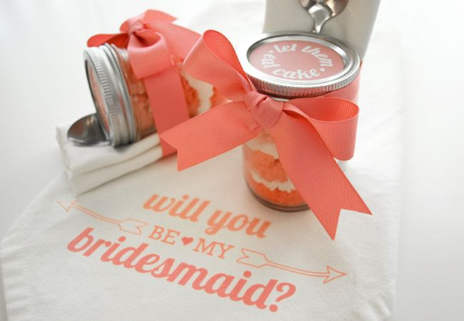 Who needs diamonds when you can have candy? Pop the question to your maids with a ring pop! - Cupcake In A Jar / Vraag je bruidsmeisjes op een hele aparte manier: met een cupcake in een glazen potje!