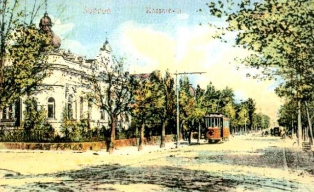 A Kossuth utca. Sopronban a villamoskocsik piros színűek voltak