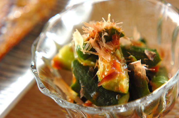 パリッと歯切れがいいキュウリを梅肉で和えた、箸休めに最適な一品。たたきキュウリの梅肉和え[和食/サラダ・おひたし]2015.06.01公開のレシピです。