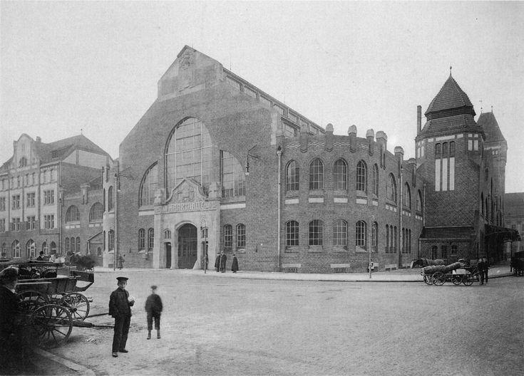 1909 Wrocław, Hala targowa przy ulicy Piaskowej od strony wschodniej. Po lewej stronie kamienica nr 16 istniejąca w mocno zmienionym kształcie do dziś.