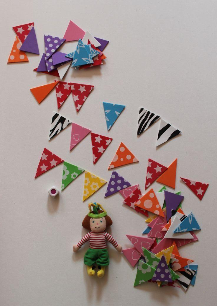 Dorus wil een slinger van vlaggetjes maken maar dan wil ze eerst alle vlaggetjes sorteren. Leg de vlaggetjes op kleur bij elkaar neer of speel met de kleurendobbelsteen. Leuke foam vellen gevonden bij Euroland.