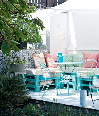 outdoor blue pallet seat....would be a fun pop of color...