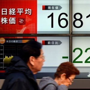 """Mattinata in altalena, poi ripartono le vendite. Il ministro dell'Economia conferma il calo del debito pubblico italiano: """"Segnerà una svolta per il Paese"""". Germania, frena la produzione industriale ma è ancora surplus record. Corsa ai beni rifugio: gli investitori pagano per sottoscrivere i decennali giapponesi, non era mai successo nel G7"""