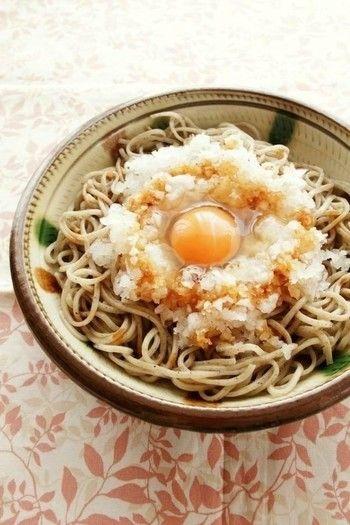 ・生醤油をかけて食べる、大根おろしと卵のっけそば  大根おろしを乗せて卵を落とすだけのスピードレシピ。 味付けは少しのしょう油だけ。 そば本来の甘みが引き立つシンプルながらも味わい深い一品。