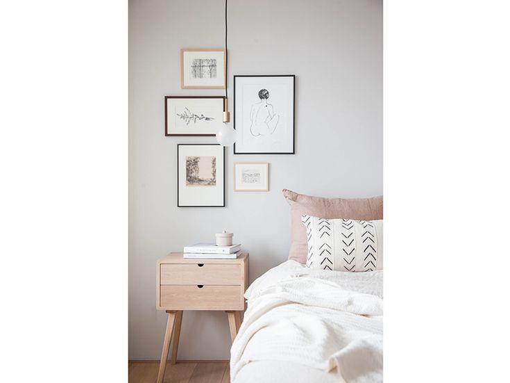 8.come-arredare-camera-da-letto-stile-scandinavo-comodino-cornici-decor-a-parete
