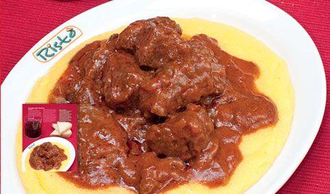 http://luogoidealeclub.iper.it/ricette-ideali/167-gulasch-con-polenta.htm