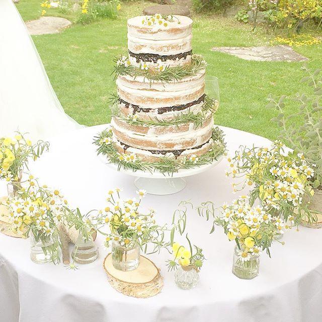 ウェディングケーキ ベリーのネイキッドケーキに カモミール&ローズマリー イメージ通りのナチュラルなケーキ #ウェディングケーキ #ネイキッドケーキ #結婚式 #ガーデンウェディング #ケーキカット #卒花