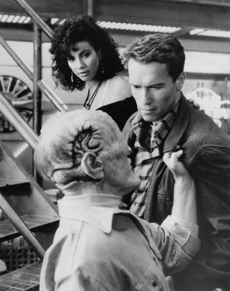 Still of Arnold Schwarzenegger and Rachel Ticotin in Total Recall (1990)