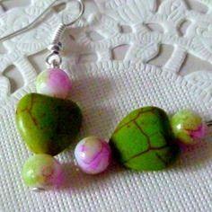 Boucles d'oreille coeur howlite vert et perles marbrées blanc, vert et violet