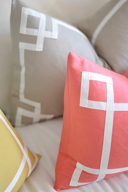 border pillows, not available yet but seem easy to DIY... / coussins pas dispos pour le moment mais si simples qu'on serait tentés de les faire soi-même...